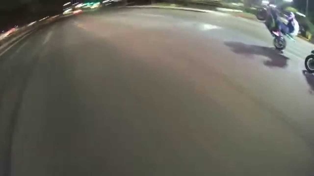 BIKE DOES BURN OUT AND SMOKES OUT COP CHASING HIM
